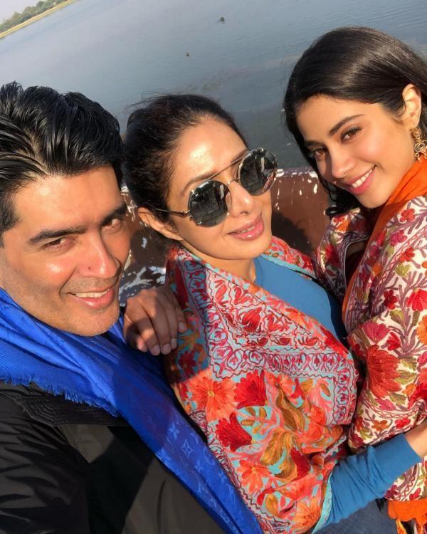Sridevi Kapoor,Janhvi Kapoor,Manish Malhotra,Sridevi and Janhvi Kapoor,Janhvi Kapoor pose for a selfie,Janhvi Kapoor selfie,Janhvi Kapoor selfie pics,Janhvi Kapoor selfie images