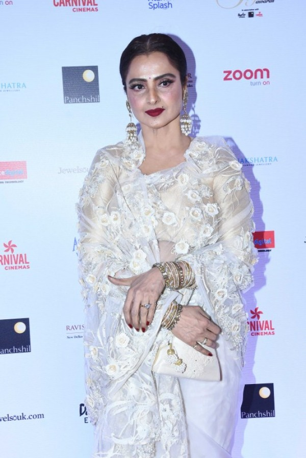 Image result for Rekha And Kareena Kapoor Dazzle At Reliance Digital Filmfare Glamour And Style Awards As They Pose For A Picture Together