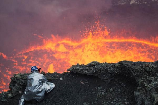 Man takes an Incredible Selfie inside an Active Volcano