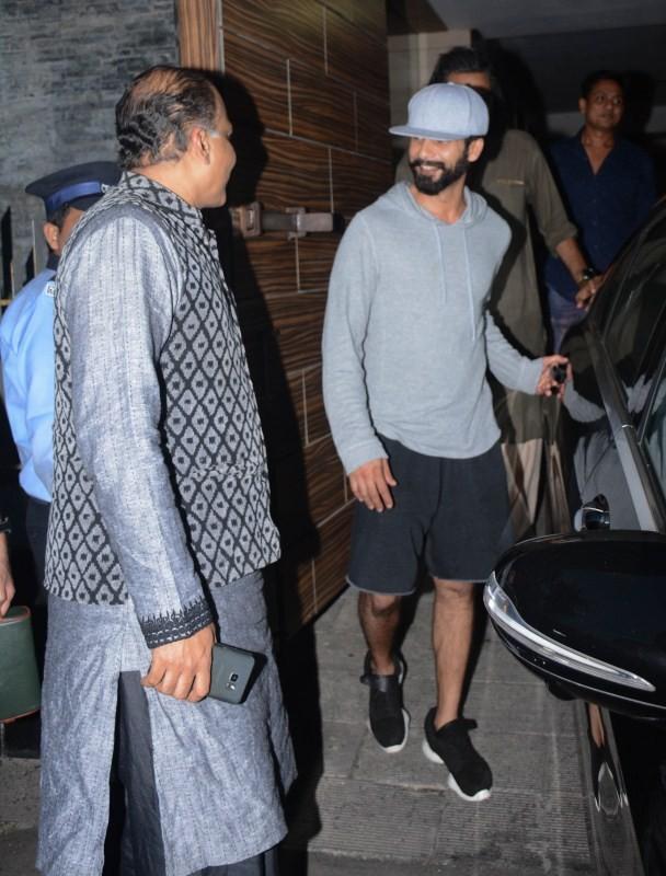 Shahid Kapoor,Ashutosh Gowariker,Amir Khan,Shahid Kapoor spotted at Amir Khan's house,Ashutosh Gowariker spotted at Amir Khan's house,secret superstar