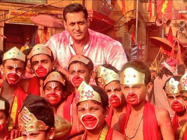 Salman Khan poses with kids on the sets of  'Bajrangi Bhaijaan'