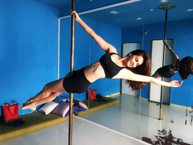 Housefull 4,Kriti Kharbanda,actress Kriti Kharbanda,Kriti Kharbanda pole dancing,Kriti Kharbanda pole dance,Kriti Kharbanda pole dancing pics,Kriti Kharbanda pole dancing images,Kriti Kharbanda pole dancing stills,Kriti Kharbanda pole dancing pictures,Kri