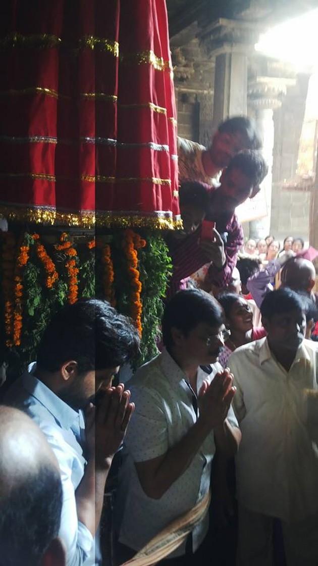 Allu Arjun,Allu Arjun visits Simhachalam temple,Allu Arjun at Simhachalam temple,Simhachalam temple,Simhachalam,Boyapati Srinu,Allu Arjun pics,Allu Arjun images,Allu Arjun photos,Allu Arjun stills,Allu Arjun pictures