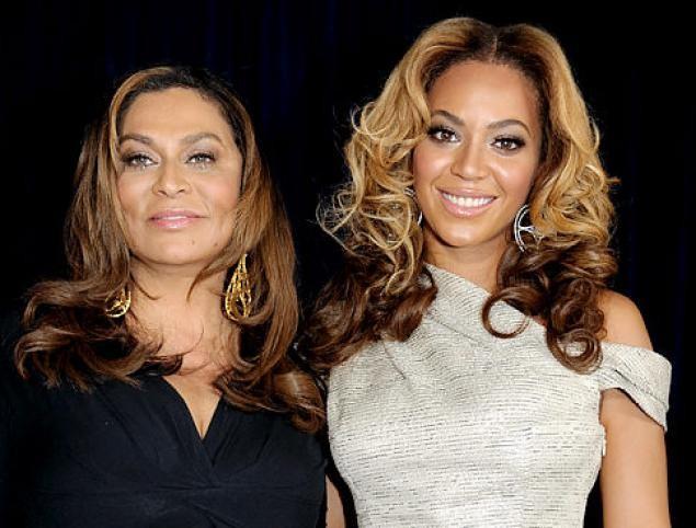 Lindsay Lohan poses with her mom Dina