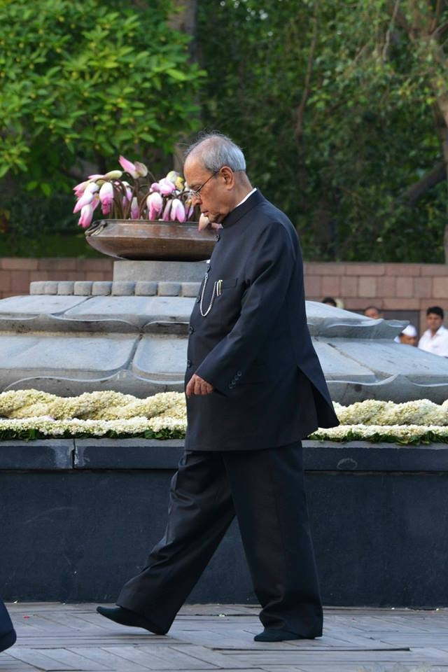 Rajiv Gandhi birth anniversary,dignitaries pay homage to rajiv gandhi,Pranab Mukherjee at rajiv gandhi samadhi