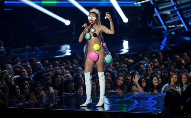 Miley cyrus,miley cyrus weird dressing,miley cyrus at MTV awards 2015,MTV Video Music Awards,miley cyrus MTV Video Music Awards