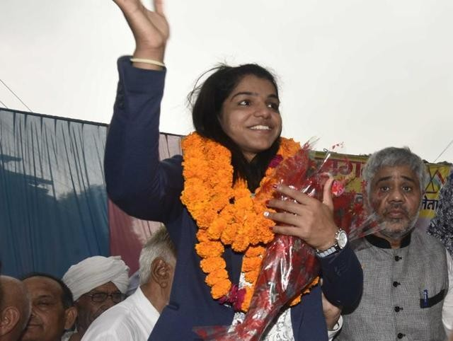 Rio 2016 Olympics bronze medalist wrestler Sakshi Malik was accorded a grand welcome by people and the state government as the motorcade carrying her entered Haryana on Wednesday.