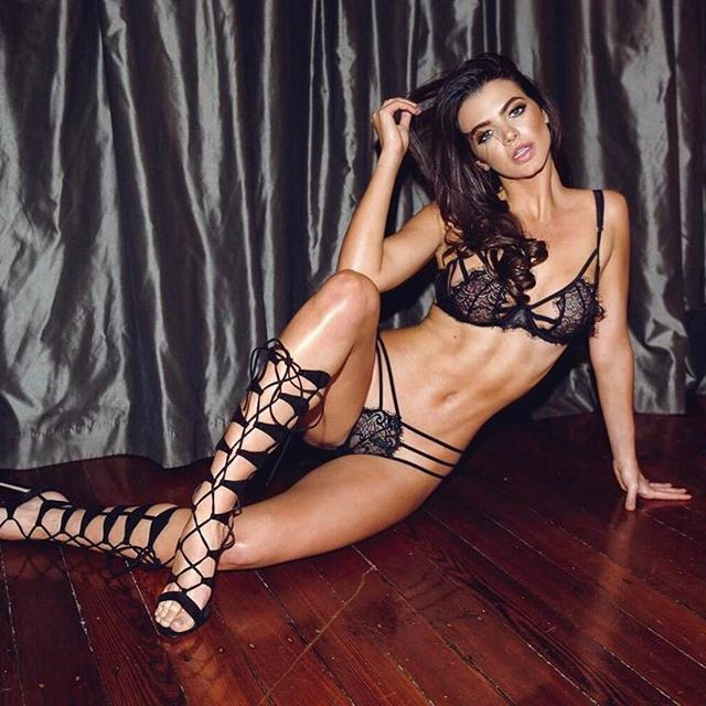 Emma McVey flaunts her toned abs - Photos,Images,Gallery - 67358