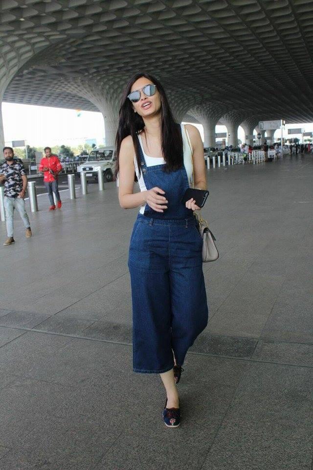 Diana Penty,actress Diana Penty,Diana Penty at Mumbai Airport,Diana Penty snapped at Mumbai Airport,Diana Penty hot pics,Diana Penty hot images,Diana Penty hot stills,Diana Penty hot pictures,Diana Penty hot photos