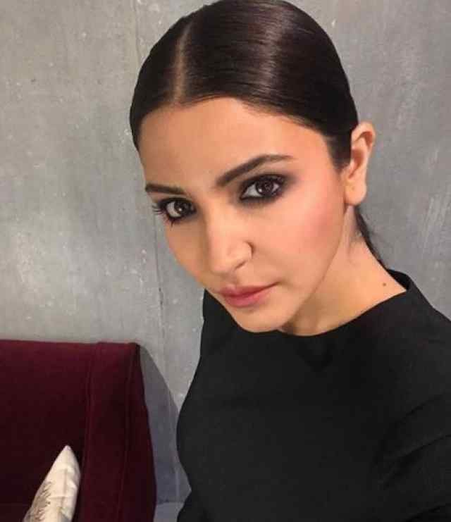 Anushka Sharma,actress Anushka Sharma,Pari,Pari actress,Anushka Sharma in black dress,Bollywood Celebs,Bollywood Celebs pics,celebs images,Virat Kohli,Virat Kohli wife