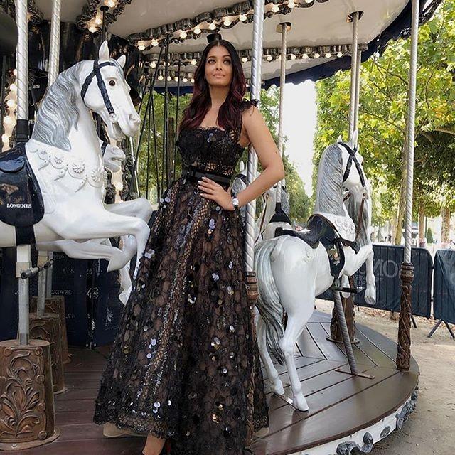 Aaradhya Bachchan,Aishwarya Rai,Aaradhya Bachchan pose like Aishwarya,Aishwarya Rai Bachchan,Aaradhya Bachchan in Paris,Aishwarya Rai in Paris