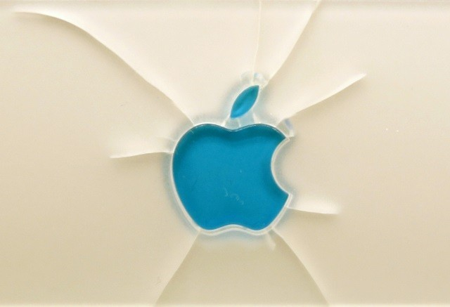 Broken Apple Logo on a Machintosh Powerbook 180 in an exhibition, 2013.