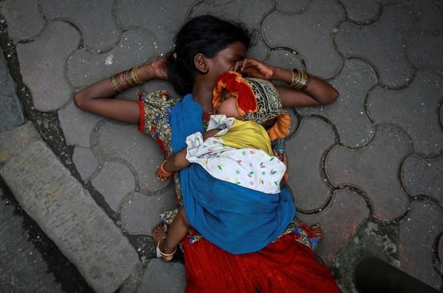 Mother sleeps with kid