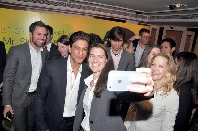 Shah Rukh Khan pose for pics with Stanford University students