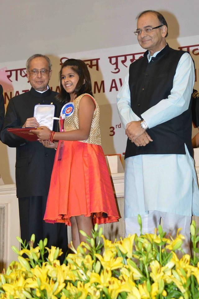 Pranab Mukherjee giving award to Uthara Unnikrishnan