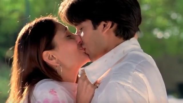 Shahid Kapoor and Kareena Kapoor Khan kiss in Jab We Met