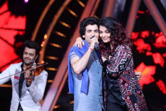 Aishwarya Rai Bachchan with an Indian Idol 10 contestant