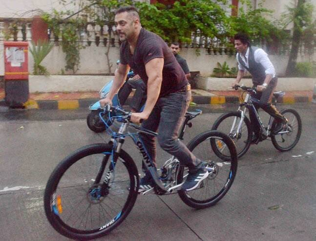 Salman Khan and Shah Rukh Khan,Shah Rukh Khan and Salman Khan,Shah Rukh Khan,SRK,Salman Khan,SRK and Salman Khan,SRK with Salman Khan,Salman Khan riding bike,SRK riduing bike
