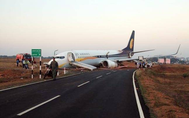 Jet Airways flight,Jet Airways,Jet Airways flight skids,Jet Airways flight skids off runway,Jet Airways off runway,Dabolim Airport,Dabolim Airport Runway,Goa Dabolim Airport,Jet Airways skids,Jet Airways skids runway