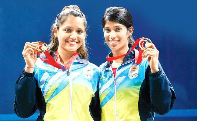 Deepika Pallikal (L) and Joshna Chinappa (R)