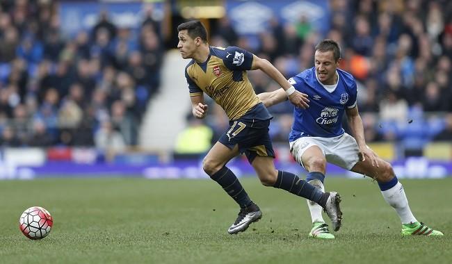 Alexis Sanchez Arsenal Phil Jagielka Everton