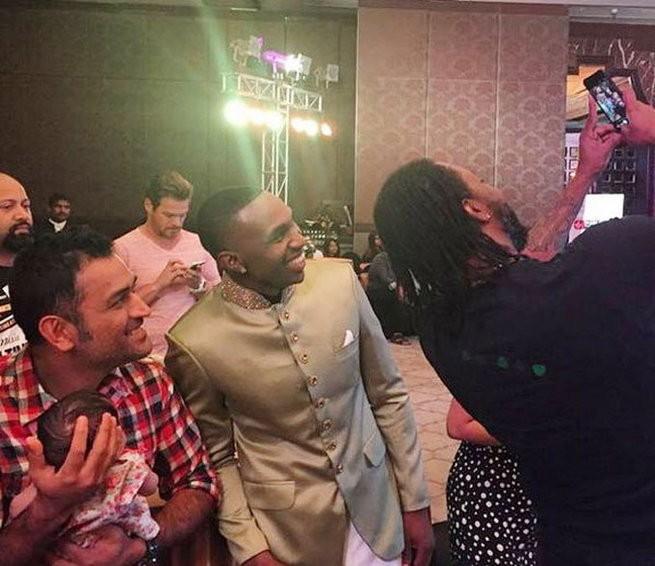 Gayle,Chris Gayle,Chris Gayle Selfie with Dhoni's Ziva,Chris Gayle with Dhoni's daughter Ziva,Chris Gayle selfie,Bravo Selfie,Bravo,Mahendra Singh Dhoni,Mahendra Singh Dhoni with ziva,MS Dhoni,Sakshi,Sakshi with ziva,dhoni with Sakshi