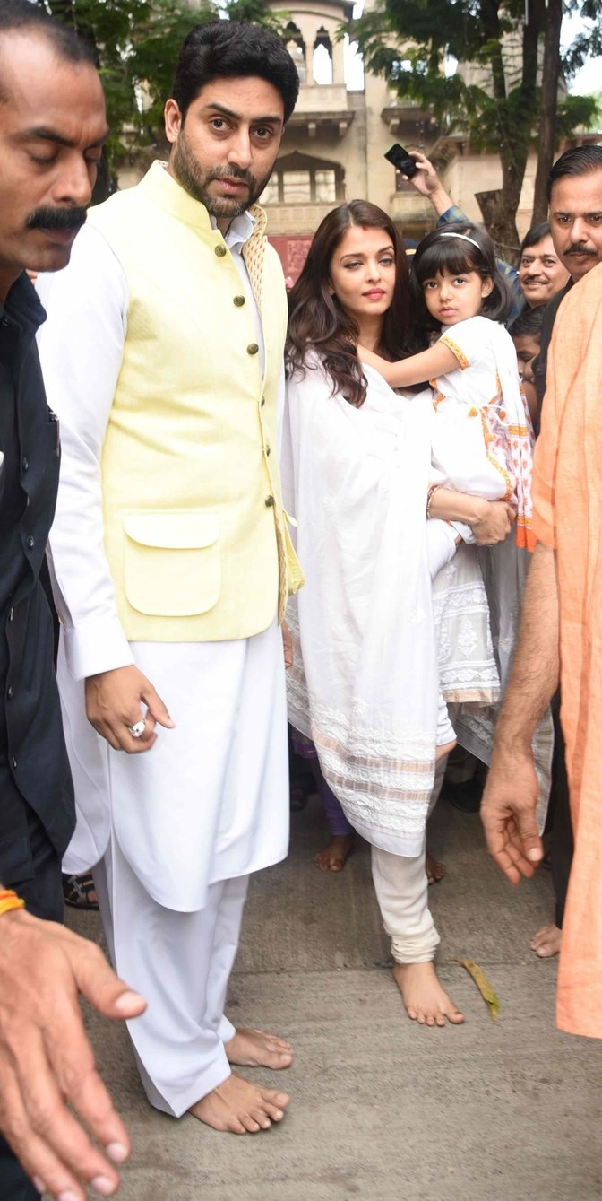 Amitabh Bachchan,Jaya Bachchan,Abhishek Bachchan,Aishwarya Rai Bachchan,Aaradhya Bachchan,Amitabh Bachchan and family celebrate Durga Pooja