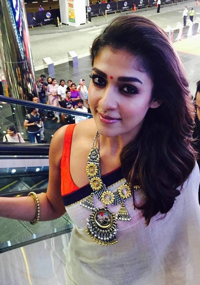 Nayanthara hugs Vignesh Shivan,Nayanthara hugs Vignesh Shivan and receives SIIMA awards,Nayanthara,Vignesh Shivan,Nayanthara hugs Vignesh Shivan at SIIMA awards,SIIMA awards,Nayanthara with Vignesh Shivan
