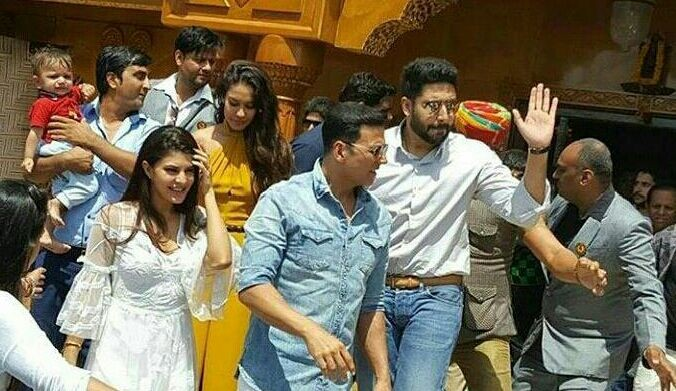 Housefull 3 team,Akshay Kumar,Abhishek,Riteish,Jacqueline,lisa,Gujarati thali,Housefull 3 team gorges on delicious Gujarati Thali