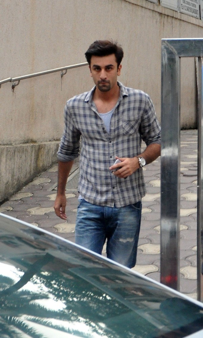 Ranbir Kapoor,actor Ranbir Kapoor,Ranbir Kapoor snapped at Bandra,Ranbir Kapoor at Bandra,Ranbir Kapoor latest pcis,Ranbir Kapoor latest images,Ranbir Kapoor latest photos,Ranbir Kapoor latest stills,Ranbir Kapoor latest pictures