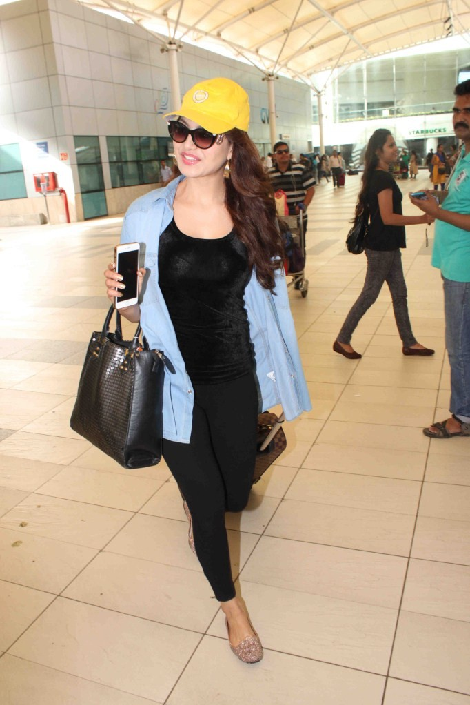 Urvashi Rautela,Actress Urvashi Rautela,Urvashi Rautela snapped at Mumbai Domestic Airport,Urvashi Rautela snapped at Domestic Airport,Urvashi Rautela latest pics,Urvashi Rautela latest images,Urvashi Rautela latest photos,Urvashi Rautela latest stills,Ur