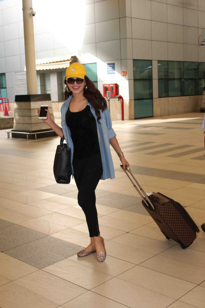 Urvashi Rautela,Actress Urvashi Rautela,Urvashi Rautela snapped at Mumbai Domestic Airport,Urvashi Rautela snapped at Domestic Airport,Urvashi Rautela latest pics,Urvashi Rautela latest images,Urvashi Rautela latest photos,Urvashi Rautela latest stills,Ur
