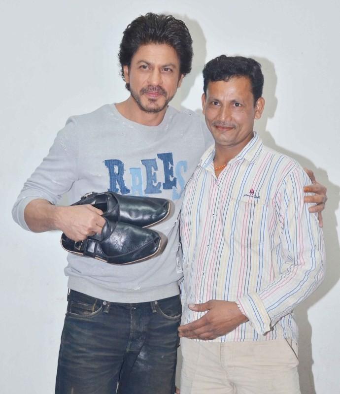 Shah Rukh Khan,actor Shah Rukh Khan,SRK,Shah Rukh Khan meets real life Cobbler,Shah Rukh Khan meets Shyam Bahadur,Shyam Bahadur,Raees,Raees movie,bollywood movie Raees