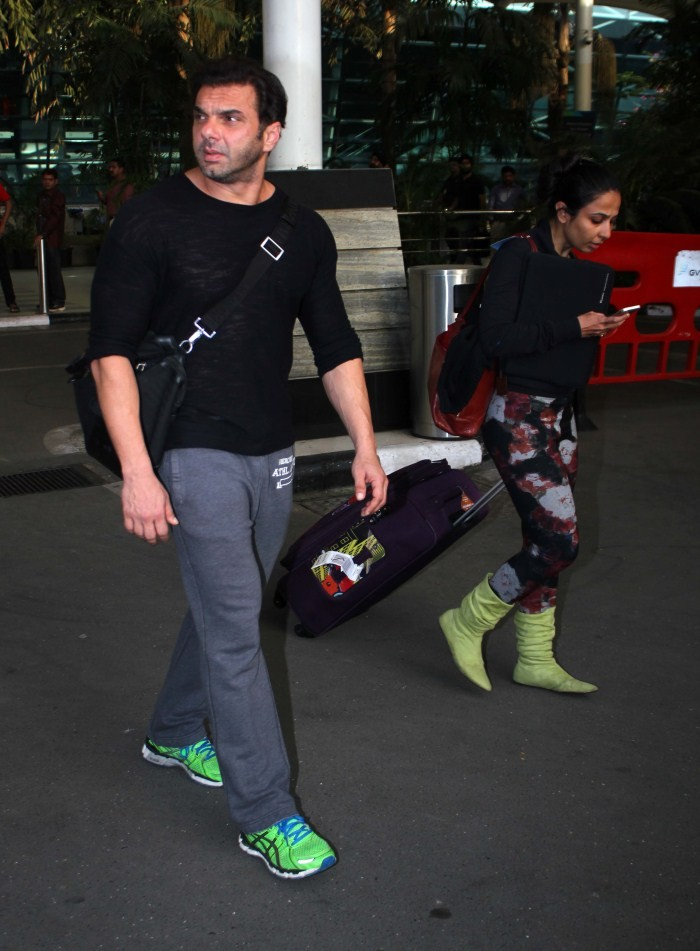 Celebs Snapped at Airport,bollywood Celebs Snapped at Airport,Bollywood celebs snapped at airport,Bollywood celebs snapped at the Mumbai airport,celebs caught lip syncing,celebs caught smoking crack,celebs caught doing drugs,broke celebs,Hrithik Roshan Sn