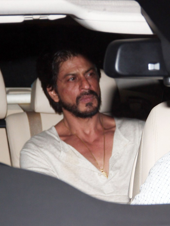 Shahrukh Khan,srk,actor Shahrukh Khan,Shahrukh Khan and Salman Khan,Salman Khan,actor Salman Khan,Salman Khan latest pics,Shahrukh Khan Snapped at Salman Khan's Residence,Shahrukh Khan Snapped at Salman Khan's house,arpita khan,Galaxy Apartment,Salman Kha