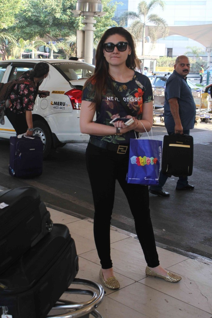Anushka Sharma,Kangana Ranaut,Anushka Sharma At Domestic Airport,Kangana Ranaut At Domestic Airport,actress Anushka Sharma,Anushka Sharma latest pics,Anushka Sharma pics,Anushka Sharma images,Kangana Ranaut latest pics,Kangana Ranaut pics,Kangana Ranaut i