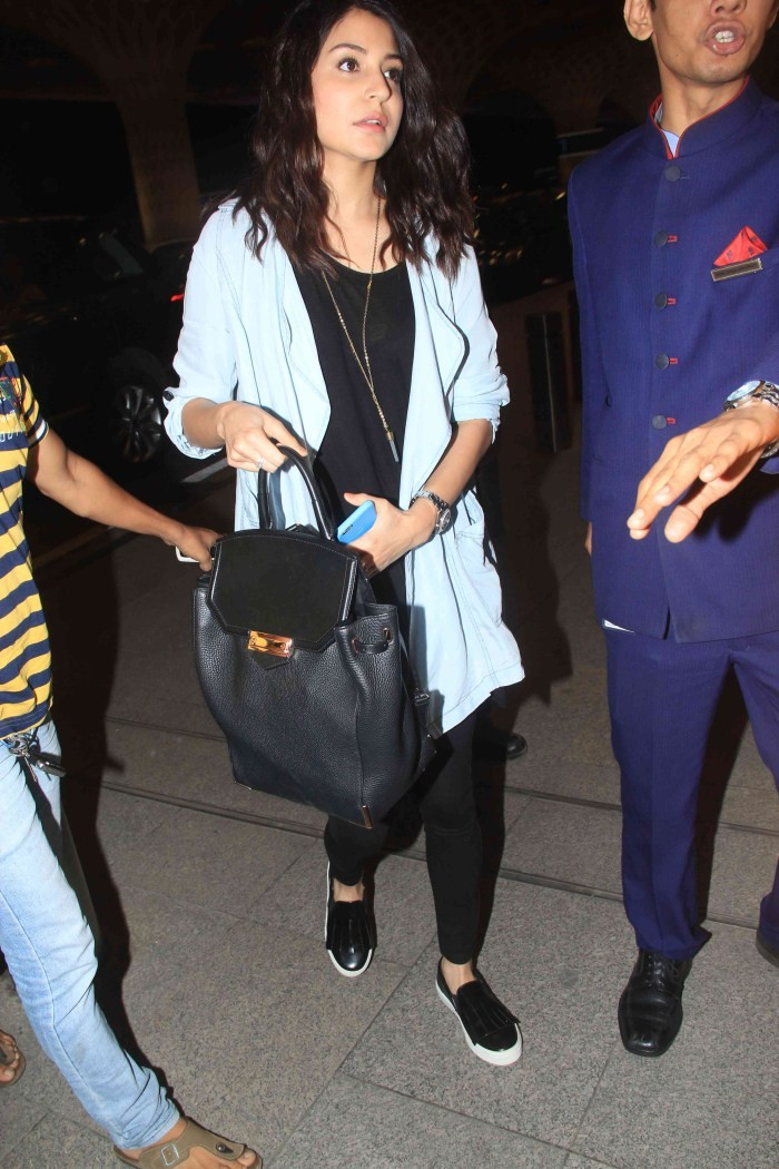 Anushka Sharma Snapped At International Airport,Anushka Sharma,actress Anushka Sharma,Anushka Sharma virat kohli,Anushka Sharma and Virat Kohli,Anushka Sharma latest pics,Anushka Sharma pics,Anushka Sharma images