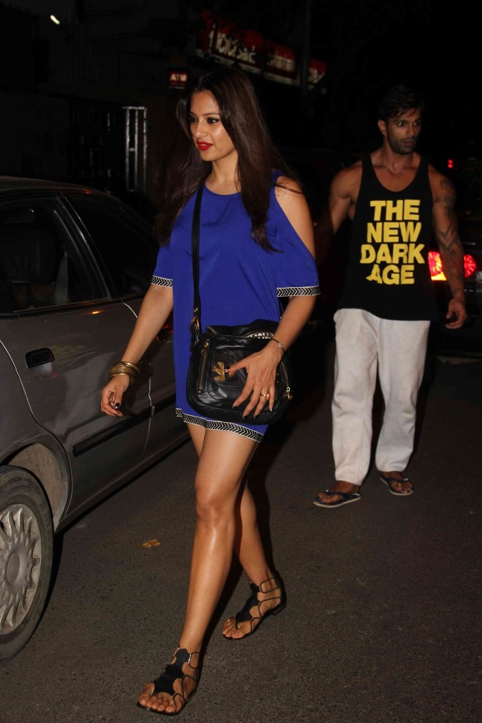 Bipasha and Karan Singh Grover Spotted at Bandra,Bipasha Basu,actress Bipasha Basu,Bipasha Basu pics,hot Bipasha Basu,Karan Singh Grover,actor Karan Singh Grover,Bandra,Bipasha