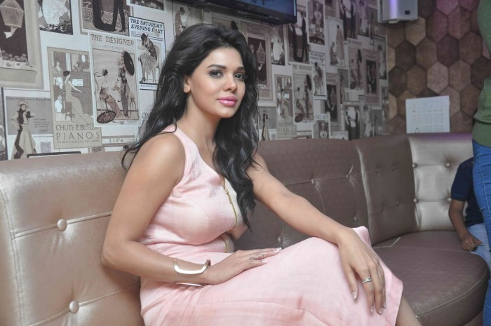 Sara Loren Inaugurates Dazzle Rest O Lounge,Sara Loren,actress Sara Loren,Sara Loren pics,Sara Loren images,Sara Loren photos,Sara Loren latest photos,Dazzle Rest O Lounge,bollywood actress Sara Loren