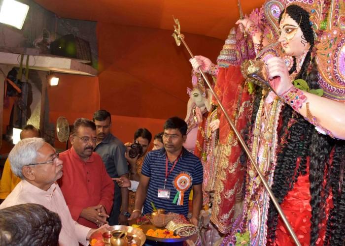 CM Nitish Kumar performs 'aarti' at Chhoti Patan Devi Temple on 'Maha Navami'