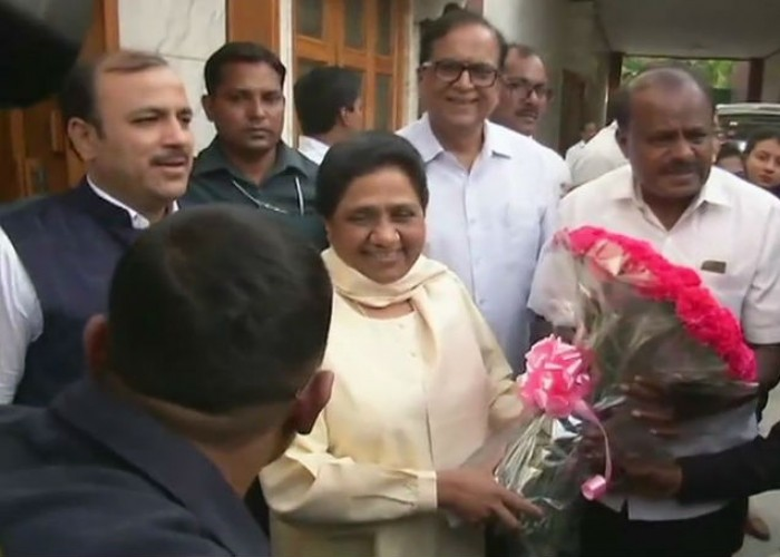 Karnataka CM designate HD Kumaraswamy met BSP Chief Mayawati in Delhi. Janata Dal-Secular's (JD-S) legislative party leader H.D. Kumaraswamy on Sunday said he will take oath as Karnataka Chief Minister on May 23 here in the presence of several national leaders.
