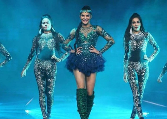 Jacqueline Fernandez sets the stage on fire with an electrifying performance at the Dabangg Tour 2018 show in Atlanta. The actress witnessed immense hooting and cheering from the audience as she made a smashing entry on the song Yaar Na Mile from Kick. Jacqueline was looking quite like a diva as she was seen wearing a peacock coloured glittery dress paired with thigh-high boots. She upped the game with a chic like makeup and pleat hairdo accessorised with a headgear. Followed by her solo performance, Jacqueline also grooved to Jumme Ki Raat and I Found Love along with her Race 3 co-star Salman Khan.  Jacqueline took to her social media captioning,