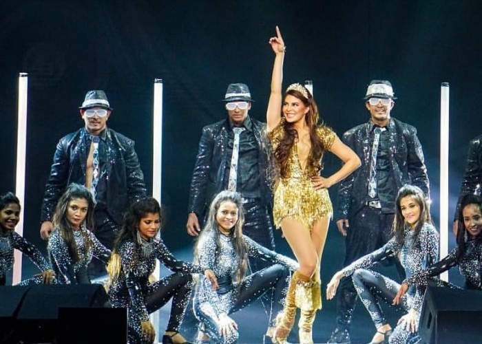 Jacqueline Fernandez' electrifying performance at Dabangg Tour in Chicago got the audience to hoot and cheer for the Race 3 actress. The actress danced her heart out on the audience favourite chartbuster Oonchi hai building from Judwaa 2. Jacqueline looked stunning as she was seen donning a golden dress with a thigh high golden coloured boots. The actress made her way through the audience like a diva which witnessed immense mass hysteria. While Chicago being the second stop, Jacqueline had nailed it with her high on enegry performance at Atlanta alongside superstar Salman Khan. The actress also grooved to Yaar Na Mile from Kick and Heeriye.