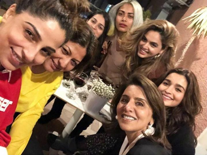 Alia Bhatt,alia bhatt birthday celebration,Alia Bhatt celebrates birthday,alia bhatt birthday cake,Neetu Kapoor,Ranbir Kapoor,Alia Bhatt and Ranbir Kapoor