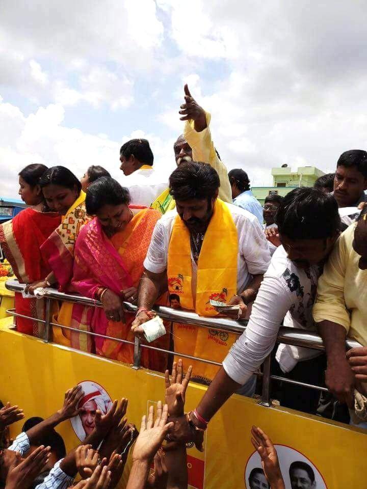 MLA Balakrishna,Nandamuri Balakrishna,Nandamuri Balakrishna caught distributing money,politician Nandamuri Balakrishna