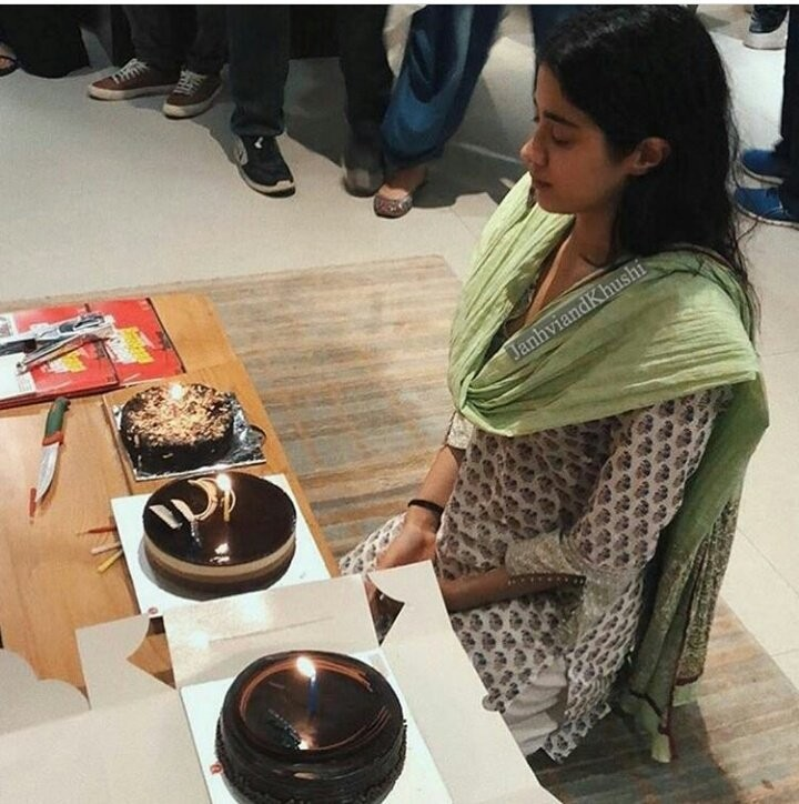 Janhvi Kapoor,Janhvi Kapoor birthday,Janhvi Kapoor birthday pics go viral,Janhvi Kapoor birthday pics,Janhvi Kapoor birthday cake,Janhvi Kapoor birthday celebration