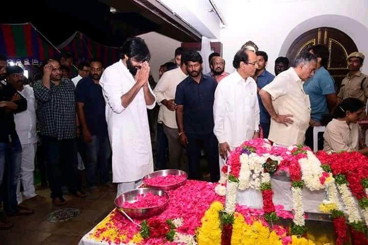 Pawan Kalyan,Nandamuri Harikrishna,Nandamuri Harikrishna road accident,Nandamuri Harikrishna death,Nandamuri Harikrishna passed away,Jana Sena Chief Pawan Kalyan,Nandamuri Harikrishna funeral,Nandamuri Harikrishna funeral pics,Nandamuri Harikrishna funera