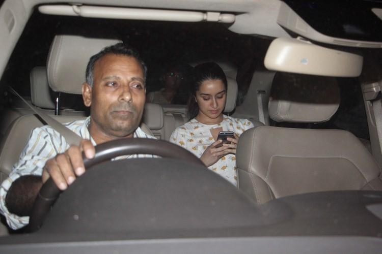 Shraddha Kapoor,Raveena Tandon,Shraddha Kapoor snapped outside Raveena Tandon,Shraddha Kapoor outside Raveena Tandon,Shraddha Kapoor pics,Shraddha Kapoor images,Shraddha Kapoor stills,Shraddha Kapoor pictures,Shraddha Kapoor photos