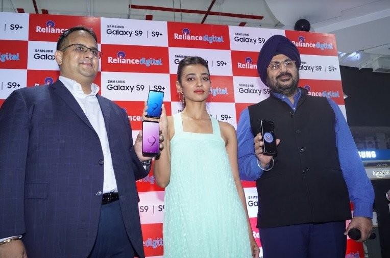 Radhika Apte,actress Radhika Apte,Samsung Galaxy S9,Samsung Galaxy S9+,Radhika Apte pics,Radhika Apte images,Radhika Apte poster,Radhika Apte wallpaper