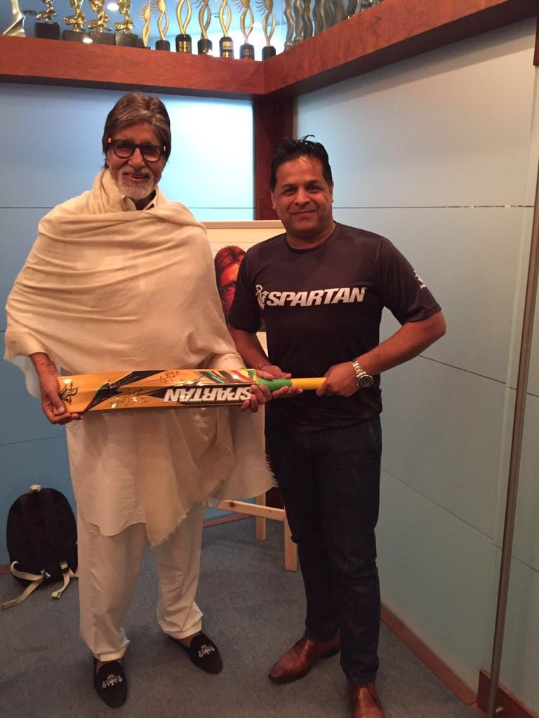 Chris Gayle,Chris Gayle gift to Amitabh Bachchan,Amitabh Bachchan,Megastar Amitabh Bachchan,Chris Gayle gifts his bat to 'legend' Amitabh Bachchan,ayle expressed his love for Amitabh